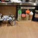 銀家 - キュウリ付け、レンゲ、のりたまふりかけ、酢、揚げニンニクチップ、胡椒、箸