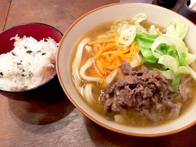 大衆馬肉酒場 冨士山 - 肉うどん 780円  わかめのかやくご飯食べ放題です