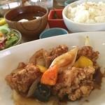 hole hole cafe&diner - 本日のランチ☆  HoleHoleの日替わりランチ☆鶏もも肉と彩り野菜の黒酢あえ  さっくさくの鶏もも肉としゃきしゃきとしたお野菜の食感と風味がまたらなくいい(๑╹∀╹๑)甘めの黒酢ソースがさらにクセになる美味しさ‹‹\( ´꒳`)/››