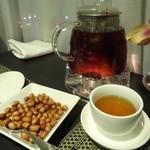 43959827 - お通しのピーナッツ&ぷーアール茶