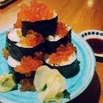 串と刺身 さんびょうし - 秋鮭シーズンいくらこぼれ巻き寿司