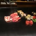 花木鳥 - シェフが器用な手捌きで焼き野菜とオマール海老の爪肉を焼いて行きます