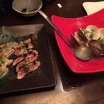 食彩酒房 ぼんさんて - 熊野地鶏タタキ、880円(税別) 蛤の酒蒸し、580円(税別)