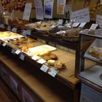 ぱん工房 ぷるみえ - 店内のパン