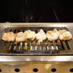大阪焼肉・ホルモン ふたご - 2015.11 左からハラミ、ミノ、ホソ、スタッフが焼いてくれます