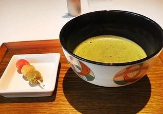 Cafe 椿 山種美術館内 - 抹茶を単品で頼んでもこのカワイイお団子菓子が付いてきます
