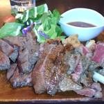 アキタカ - ミディアムレアな肉が山盛り!奥に唐揚げが隠れてます