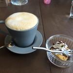 acoustic book cafebar by - カプチーノとランチデザート