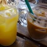 ビオ オジヤンカフェ - カフェラテ(630円)とオレンジジュース(500円)をオーダー。