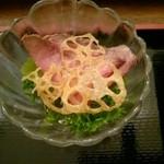 宇奈月麦酒館 - レンコンとローストビーフのサラダ