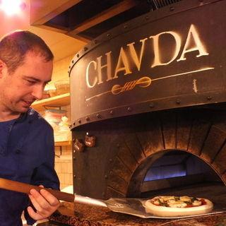 特注の石窯で焼き上げるピザ