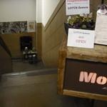 Mole & hosoi coffees - 地下に続く階段を下りる