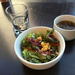 猫見家 - セットのサラダとスープ