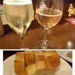 赤坂メトロ - ◆白ワインとスパークリングワインを頂きました。 チャージ(300円)代わりにパンが付きます、追加可能。