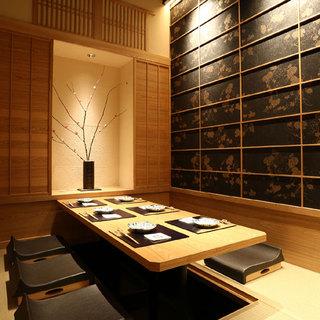 夏に最適の白木調の涼しげな個室。優雅な個室で非日常を…。