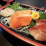 44008303 - 刺身船盛:鰤、トロッとした食感のサーモン、身が締まってプリプリの鯛です。