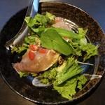 44008304 - 生ハムサラダ:生ハム、サニーレタス、紫レタス、水菜、トマト、オリーブ、ベビーリーフ をフレンチドレッシングと 粉チーズで頂ます。