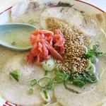 一九ラーメン - 福岡市南区の住宅街にある老司店は、一九グループの中でかなりの人気を誇ります。チャーシュー麺600円。