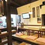 あこめの浜 - 昭和レトロ風。 鉄板を囲むカウンター席の他にテーブル席と小上がりがあります。 昔ながらの広縁風のテラス席(座卓)もあります。