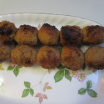 居酒屋さわら街道 - 鶏だんご1本170円、自家製の鶏だんごを5つ串刺しにしタレで仕上げた焼鳥です。