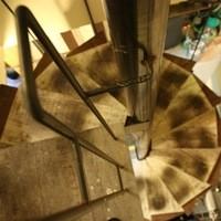 神鶏屋 - 雰囲気のある螺旋階段で二階へ…