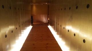板前ごはん 音音 池袋店 - 入口からの長い廊下