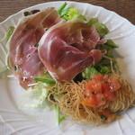 パルゴロ - 前菜 パルマ生ハムのサラダとホタテ貝柱のカダイフ巻フリット
