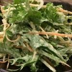 44019364 - 葉ものに、人参、水菜、玉ねぎと蟹が入っています
