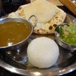 アシヤナ - インデアンランチ(ダールカレー、パパド、ナン、ライス、サラダ)
