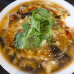 チャイニーズダイニング油家 - きのこたっぷり酸辣湯麺