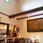 カフェ瑠璃 - 店内。天井高めのゆったり空間