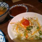 バンコク屋台 カオサン - スープとサラダ、鶏肉につけるタレ(単独だと辛い)