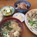 萬里 - 肉入り野菜炒め定食=700円       めし 味噌汁 小鉢 漬物付
