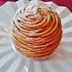 44029807 - 『モンブラン』(550円)!                       パイ生地の上に、軽い食感のマカロン生地、その上に、生クリームがたっぷり、外側をマロンクリームで覆ったモンブラン~♪(^o^)丿