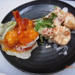 蝦夷うさぎ - 大人気!!おっきい海老チリとエビマヨをハーフ&ハーフで・・・980えん。