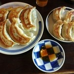 一圓 - 因みに、ジャンボ餃子と白金豚餃子の大きさ比較的写真です。。。ね、ジャンボ餃子ヤバいでしょ♪(笑)