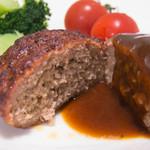 加藤牛肉店 - 加藤牛肉店ハンバーグ(100g2個1,836円)の断面と添付のデミグラ