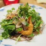 たまな食堂 - 太刀魚の和風カルパッチョ たっぷりのパクチー他