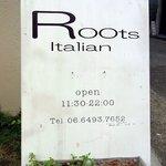 ピアチェーレ - 店前の看板です。Roots Italianって書いていますね。シンプルですがいい感じですよね。