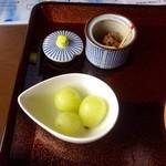 ほうとう処 慶千庵 - 葡萄と辛味噌