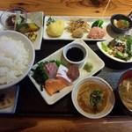 お季楽 でめきん魚 - ランチのお季楽膳 選べるメインは、刺身の盛り合わせでお願いしました