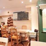 レストラン マルヤマ - 店内のテーブル席の風景です