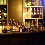 バー ブリーズ - カウンター席から見えるお酒の棚