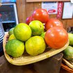 44050399 - 土佐特産の仏手柑(ブシュカン)とトマト。爽やかな仏手柑の香りと味は、癖になりそう