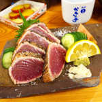 44050411 - カツオ塩タタキ(¥950)。脂の乗った戻り鰹を、わさび・ニンニク・仏手柑でシンプルに!