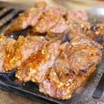 大阪焼肉・ホルモンふたご - 2015.11 はみ出たいハラミをロースターで焼いてくれます