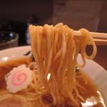麺や 紡 - 麺は中麺ストレート、高加水率の全粒粉仕様。