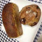 此方 - 左:かぼちゃパン、右:干しリンゴ
