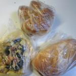 ベーカー バイツェン - 購入したパンはこの日も朝食用にパンを3個です。