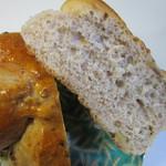 ベーカー バイツェン -   柔らかい生地にライ麦、クラフトコーン、くるみ等の穀物を練りこんで焼き上げたパンです。